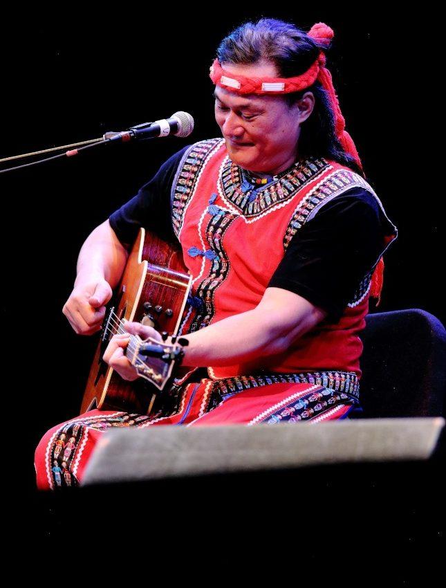 創作歌手查勞‧巴西瓦里,在法拉盛文藝中心帶來一場精采表演。(Darren Yang/攝影)