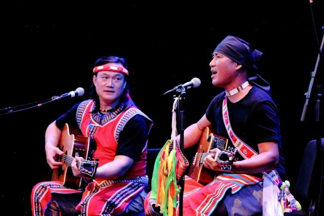 查勞‧巴西瓦里(左)與阿努‧卡力亭‧沙力朋安彈唱。(Darren Yang/攝影)