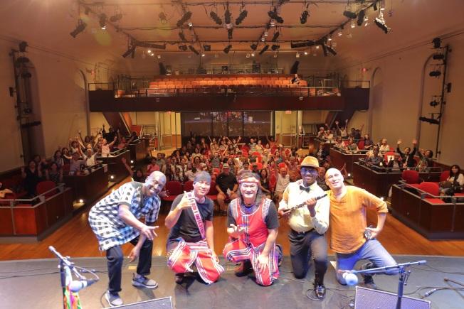 查勞‧巴西瓦里(中)與四名樂手在音樂會結束後,與部分觀眾合影。(Darren Yang/攝影)