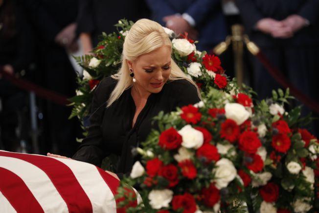 馬侃靈柩運抵國會圓頂大廳,女兒梅根撫棺痛哭。(Getty Images)