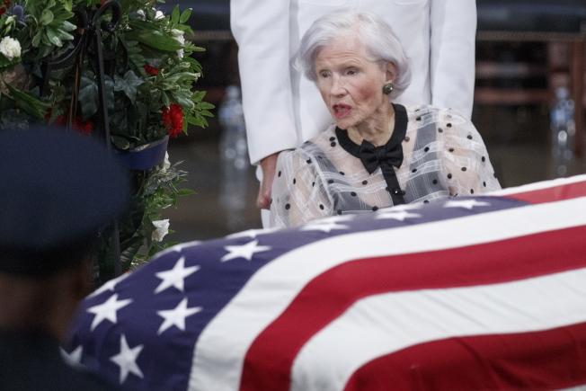 106歲的羅貝塔馬侃注視兒子的靈柩。(歐新社)