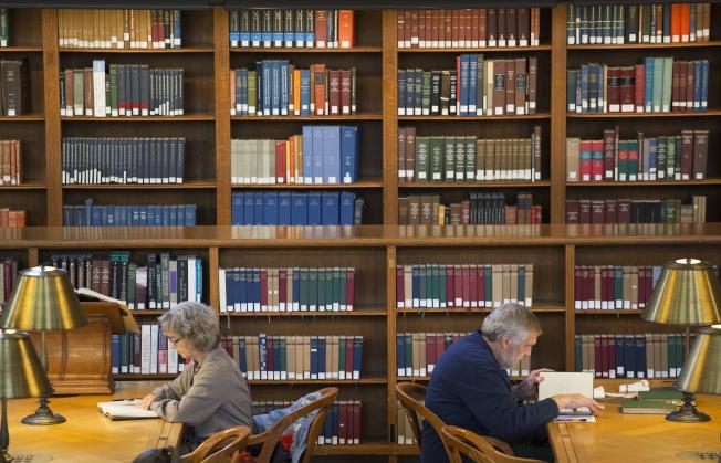 民眾在美國紐約公立圖書館內閱讀實體書。(美聯社)