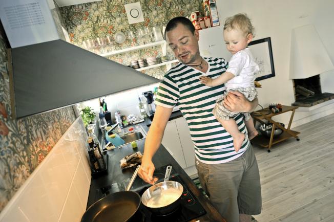 愈來愈多職業爸爸請育嬰假,讓妻子專心衝刺事業。(美聯社)