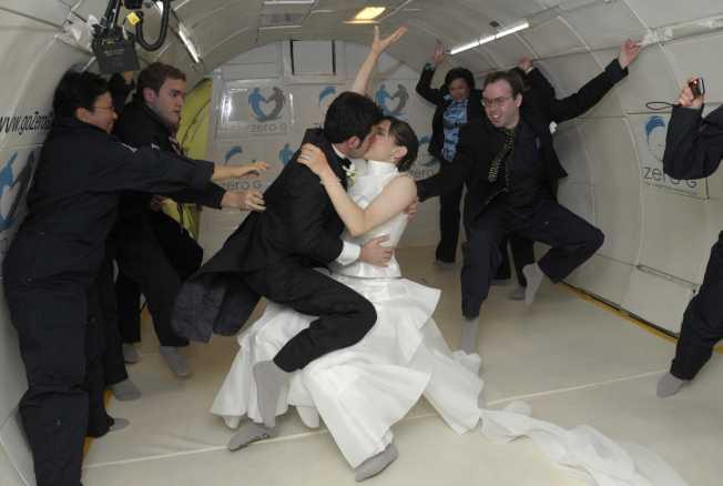 熱愛太空的紐約情侶搭乘「零重力公司」(ZGC)以波音727飛機改裝的「重力一號」飛上墨西哥灣高空,完成「太空婚禮」。(路透)