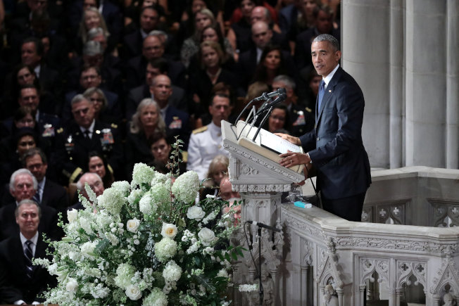 前總統歐巴馬在追思禮拜講述馬侃行誼。(路透)