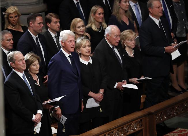 共和黨和民主黨領袖一同出席馬侃追思禮拜,圖中第一排左起前總統小布希夫婦、前總統柯林頓夫婦、前副總統錢尼夫婦、前副總統高爾。(美聯社)
