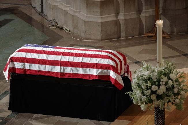 已故參議員馬侃的追思禮拜在國家大教堂舉行,靈柩上覆蓋國旗。(歐新社)