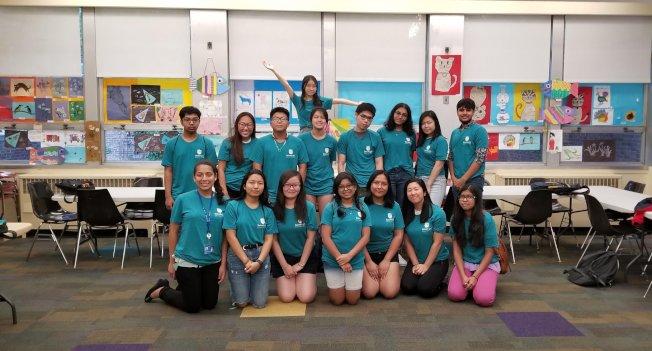 「DelveBright Education」部分志願者們在傑克森高地(Jackson Heights)圖書館合影。(取自「DelveBright Education」臉書)
