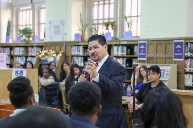 卡蘭扎提出的「學業多元化計畫」,將在布碌崙第15學區預留52%的名額給低收入或弱勢學生。(取自市教育局臉書)