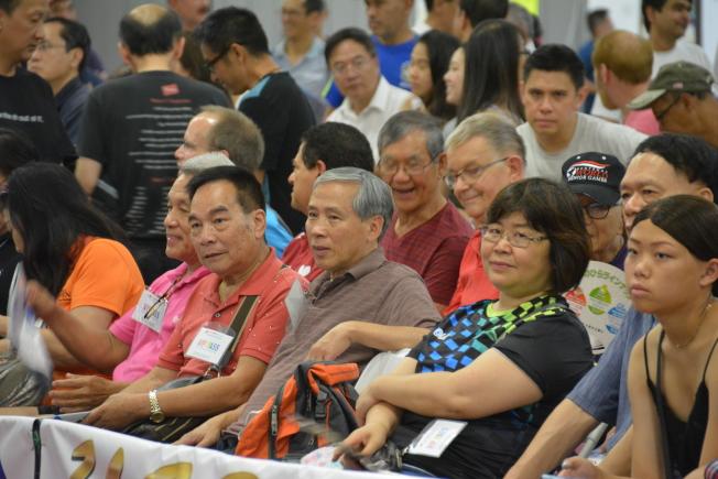觀眾席上坐滿球迷。(記者王千惠/攝影)