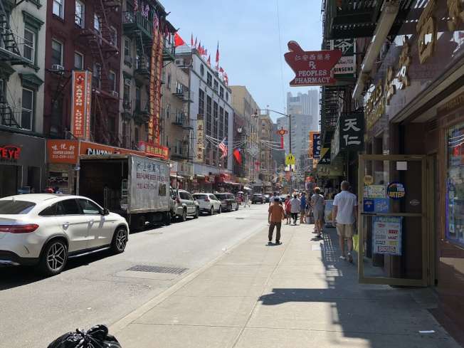 華埠勿街在勞工節長周末不見往日人潮。(記者顏嘉瑩╱攝影)