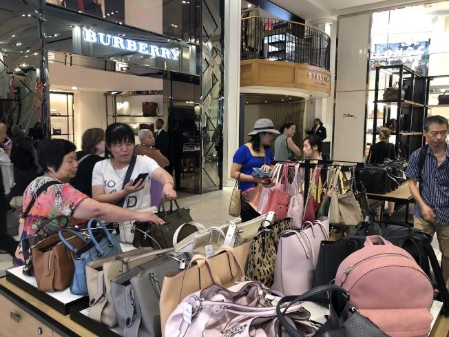 天氣熱再加上商家祭出優惠,中城的梅西百貨出現不少華人購物。(記者顏嘉瑩/攝影)