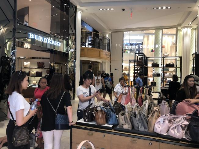 天氣熱再加上商家祭出優惠,中城的梅西百貨出現不少華人購物。