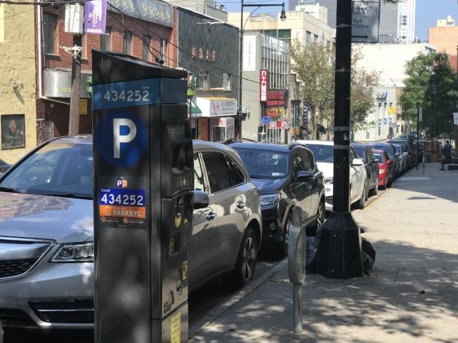 全市停車咪表收費調漲今起布碌崙先行,法拉盛11月1日上路。(記者劉大琪/攝影)
