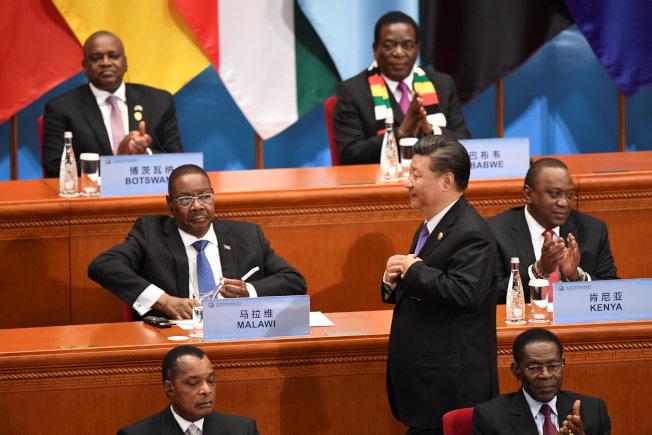 中非論壇北京峰會3日在北京人民大會堂開幕,圖為中國國家主席習近平在開幕式上起身準備至發言台致詞。(路透)