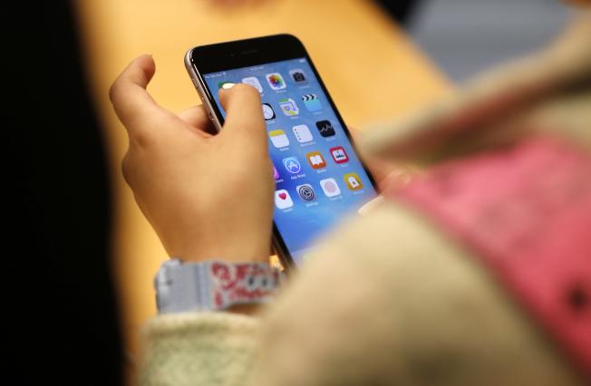 手機占用青少年太多的時間。(美聯社)