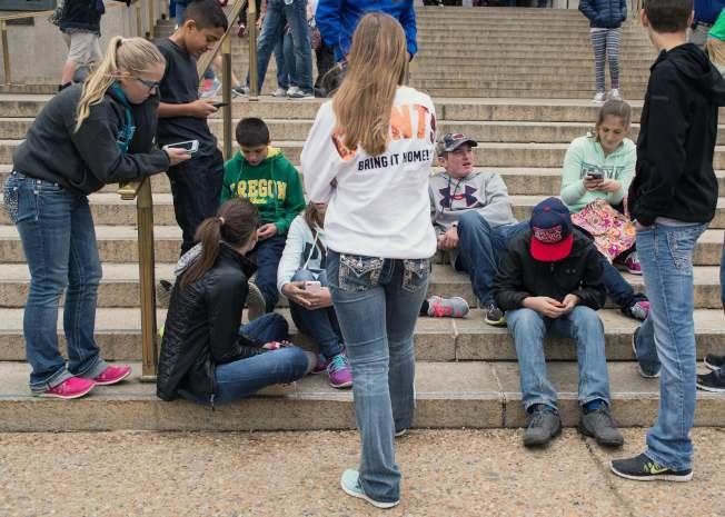 現在,手機在美國青少年已經普及。(Getty Images)
