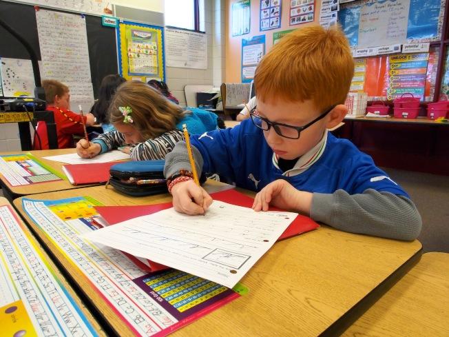 許多科技人員送孩子去不准使用電腦和手機的私立學校。(Getty Images)