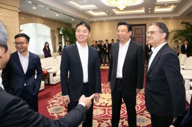 劉強東性侵案後首度現身京東總部出席商務簽約。取自鳳凰網
