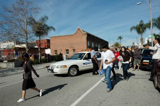 阿罕布拉高中過去曾出現維安警報,確認校園安全後,警衛護送學生返校。(本報檔案照)