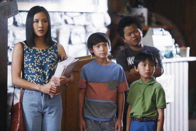 吳恬敏(左一)勇於挑戰,她在「菜鳥新移民」飾演虎媽。(美聯社)