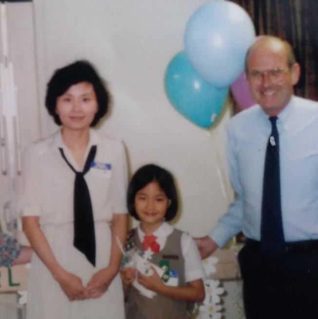 吳恬敏(中)小時和姊姊妹妹都是女童軍,吳孟瑩(左)支持女兒們體育和社區服務活動。(張孟瑩提供)