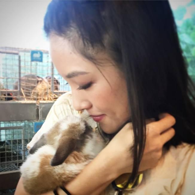 愛小動物的吳恬敏。(取材自Instagram)