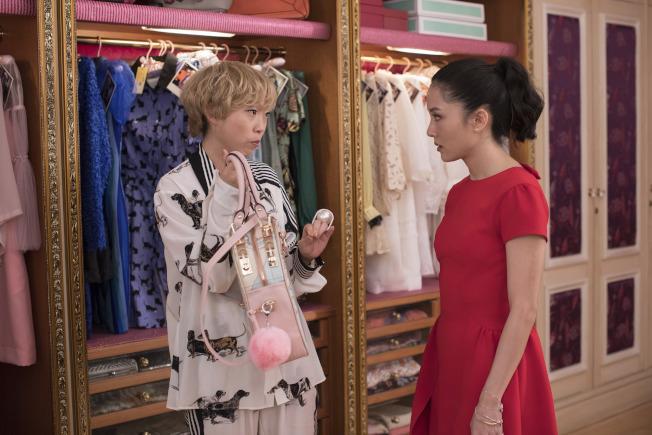 「瘋狂亞洲富豪」片中,Awkwafina(左)與吳恬敏有對手戲。(美聯社)