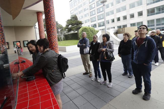 「瘋狂亞洲富豪」票房長紅,圖為觀眾在加州德利市排隊購票。(美聯社)