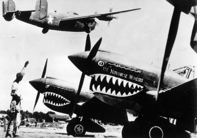 飛虎隊戰機於1943年11月在一處未知名的前進基地準備出擊。(美聯社)