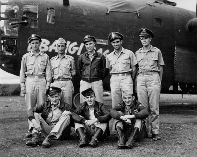 家中珍藏的飛虎隊照片,鄺廷(後排左二)與戰友合影。(作者提供)