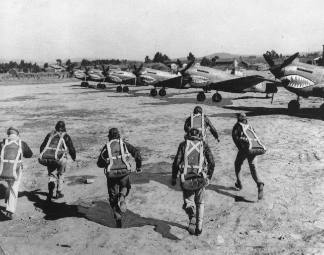 飛虎隊飛行員於1943年11月跑向戰機準備出擊。(美聯社)