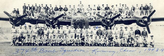 374轟炸中隊1943年攝於昆明,第二排左七為鄺廷。(作者提供)