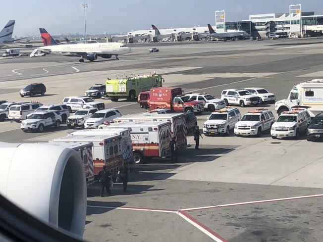 一架飛抵紐約的阿聯酋客機傳出10名乘客同時出現不適症狀,多輛救護車在客機外待命。(取自推特)