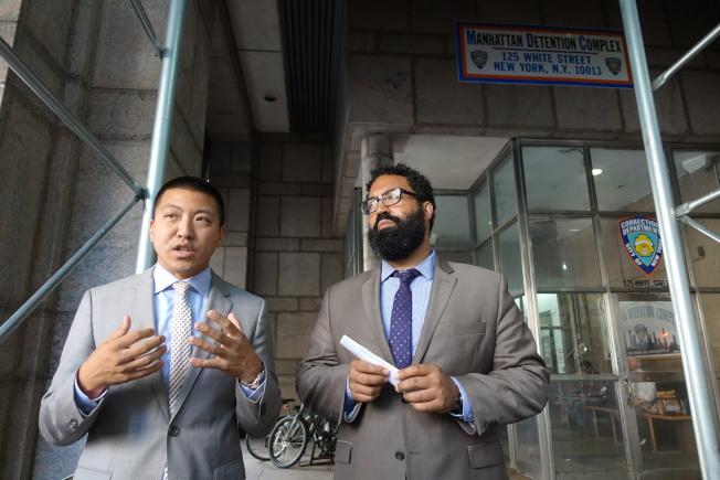 市長社區事務辦公室主任卡利昂(右)與市懲教局幕僚長Jeff Thamkittikasem在白街125號拘留所前講解新監獄建設重要性。(記者金春香/攝影)