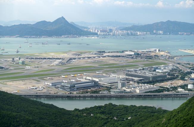 香港國際機場和日本關西機場同樣位於人工島上,受強烈颱風吹襲時一樣很危險。(中新社資料照片)