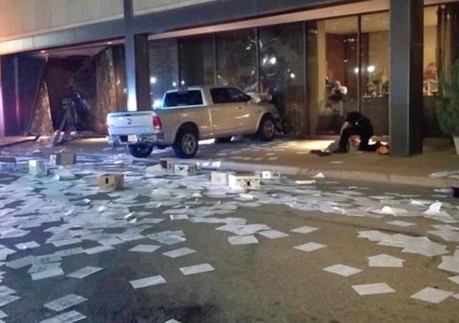 一名男子5日清晨多次駕駛卡車,衝撞位於德州達拉斯的福斯電視台大樓,照片右邊可見他馬上被警察逮捕。(美聯社)