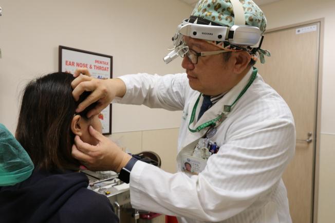 台灣的亞洲大學附屬醫院耳鼻喉科主任田輝勣指出,有聽損疑慮的民眾,應至耳鼻喉科看診及接受各項聽力檢查。(圖:亞洲大學附屬醫院提供)