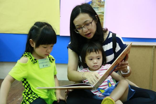 研究發現,接受親子共讀的寶寶,語言發展狀況較好。(圖:聚集德非營利幼兒園提供)