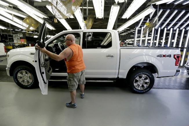 福特汽車公司在安全監管機構的壓力下,現正在北美召回約200萬輛F-150小貨車,因這批貨車的安全帶會產生火花,釀成火災。(美聯社)