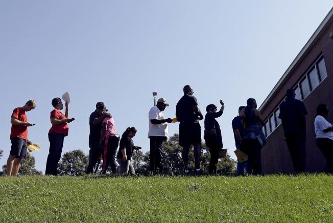 移民及海關執法局(ICE)質疑北卡羅來納州存在非公民投票詐欺,向北卡州44個選區發出傳票,要求提供2000多萬份選民資料。圖為北卡州洛麗民眾排隊投票的檔案照。(美聯社)