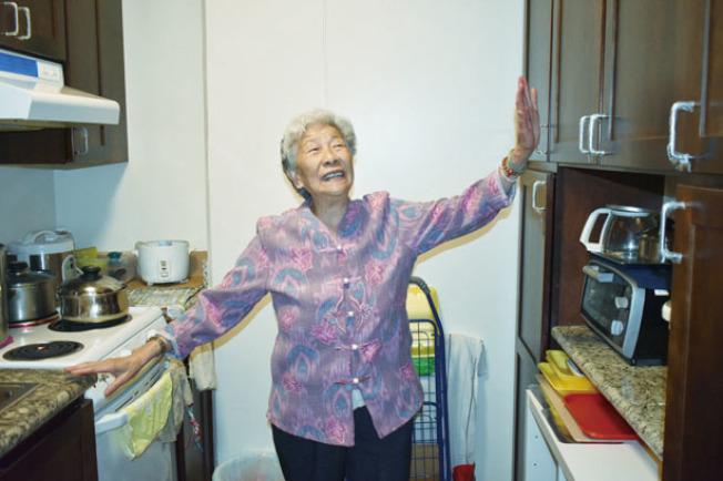 林趙笑英婆婆對房間新裝修後新添的廚房設備非常滿意。(記者黃少華/攝影)