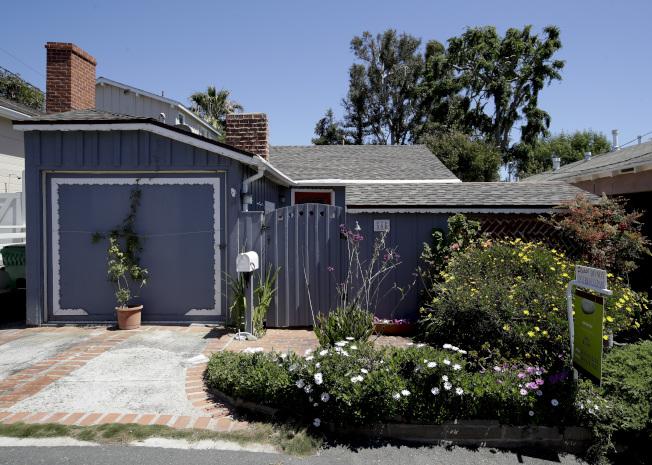 南加州寸土寸金,橙縣這幢不起眼房屋開價也要百萬元。(美聯社)
