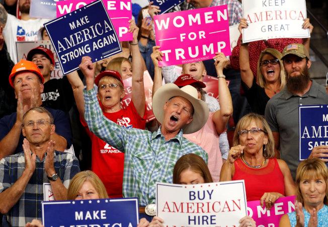 川普在中西部巡迴造勢,出席的都是川粉,他們手持標語,高呼口號支持川普。(路透)