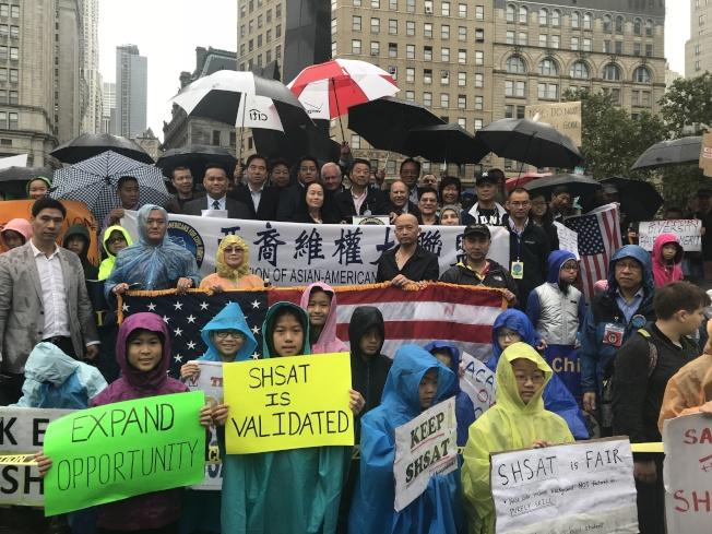 亞裔維權大聯盟、紐約華美同源會以及教育聯盟9日在富利廣場舉行反對取消特殊高中入學測驗示威。(記者和釗宇╱攝影)