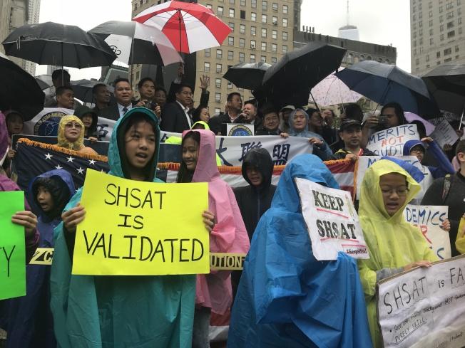數百名亞裔民眾在富利廣場聚集,手舉標語表達抗議。(記者和釗宇╱攝影)