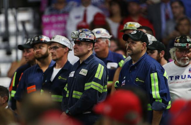 圖為川普總統8月份在西維吉尼亞州出席一場造勢活動時,許多勞工到現場表達支持川普。(Getty Images)