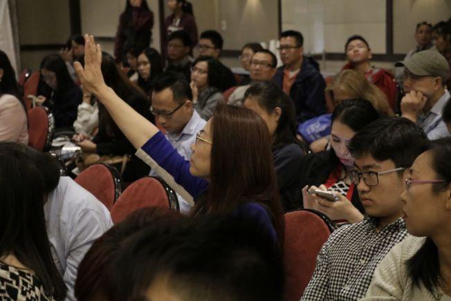 華裔家長踴躍發問。(記者呂賢修/攝影)