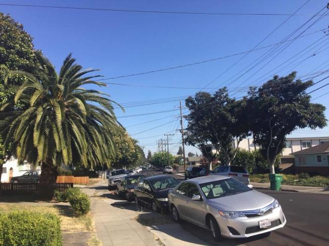 家住海沃的居民彭菲所在的街道上,最近兩個多月連續發兩次撞車事件。(記者劉先進/攝影)