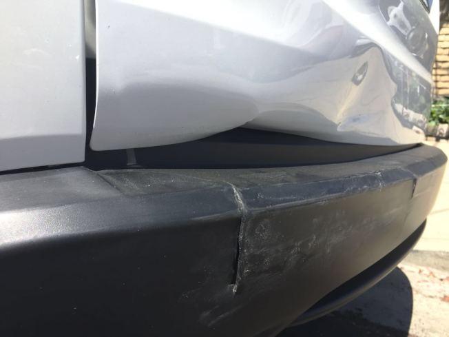 疑似喝酒和吸食大麻的肇事者,一晚上連續撞壞三輛車,彭菲的車輛後尾被撞癟。(彭菲供圖)